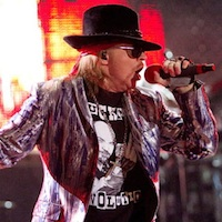 koncertą Dubline pavėlavusius Guns N' Roses narius pasitiko švilpimas, patyčios ir skriejantys buteliai